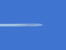 Πέταγμα αεροπλάνων υψηλό στον ουρανό Στοκ Φωτογραφίες