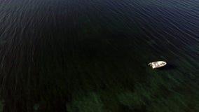 Πέταγμα από την ακτή στην απέραντη ανοικτή θάλασσα φιλμ μικρού μήκους