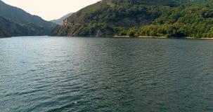 Πέταγμα από το κατώτατο σημείο στην κορυφή της λίμνης απόθεμα βίντεο
