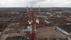 Πέταγμα γύρω από τον πύργο επικοινωνιών Εναέριο μήκος σε πόδηα από ένα copter φιλμ μικρού μήκους