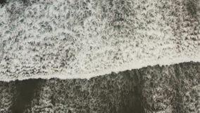 Πέταγμα ενός κηφήνα πέρα από τα μεγάλα κύματα απόθεμα βίντεο