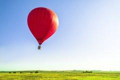 Πέταγμα ενός μπαλονιού με το ζεστό αέρα Στοκ εικόνες με δικαίωμα ελεύθερης χρήσης
