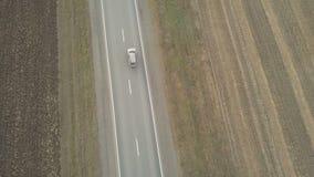 Πέταγμα επάνω από ένα αυτοκίνητο SUV απόθεμα βίντεο