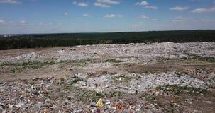 Πέταγμα επάνω από ένα μέρος των απορριμάτων στην απόρριψη κοντά στην πόλη του Novosibirsk φιλμ μικρού μήκους
