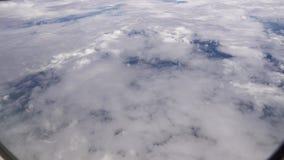 Πέταγμα επάνω από τα άσπρα σύννεφα Ατμόσφαιρα από το παράθυρο αεροπλάνων απόθεμα βίντεο