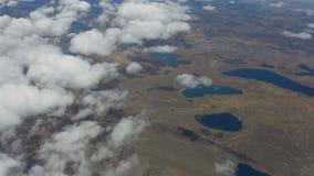 Πέταγμα επάνω από τα σύννεφα και τις λίμνες απόθεμα βίντεο