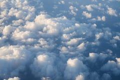 Πέταγμα επάνω από τα σύννεφα στη μεσημβρία στοκ φωτογραφία με δικαίωμα ελεύθερης χρήσης