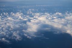 Πέταγμα επάνω από τα σύννεφα στη μεσημβρία στοκ εικόνα