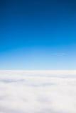 Πέταγμα επάνω από την άποψη σύννεφων από μια παραφωτίδα αεροπλάνων Στοκ Εικόνα