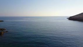 Πέταγμα επάνω από την μπλε θάλασσα απόθεμα βίντεο