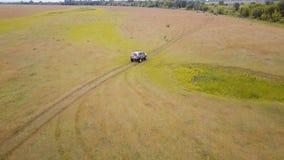 _ Πέταγμα επάνω από την οδήγηση αυτοκινήτων suv γρήγορα πλαϊνή μέσω της αγροτικής επαρχίας φιλμ μικρού μήκους