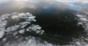 Πέταγμα επάνω από την παγωμένη λίμνη με το ραγισμένο πάγο φιλμ μικρού μήκους