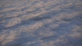 Πέταγμα και ταξίδι, άποψη από το παράθυρο αεροπλάνων στο φτερό στο χρόνο ηλιοβασιλέματος απόθεμα βίντεο