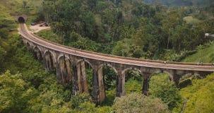 Πέταγμα κηφήνων που αφήνονται και στροφή για να αποκαλύψει τη θαυμάσια ευρεία πανοραμική εναέρια άποψη της γέφυρας Ella εννέα αψί φιλμ μικρού μήκους