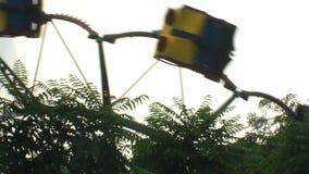 Πέταγμα με εύθυμος-πηγαίνω-στρογγυλό πέρα από τα δέντρα απόθεμα βίντεο