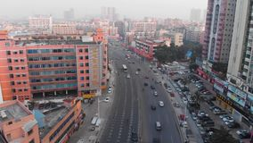 Πέταγμα πέρα από έναν δρόμο με έντονη κίνηση Κινεζική περιοχή με τα πυκνά κτήρια φιλμ μικρού μήκους