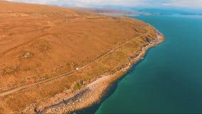 Πέταγμα πέρα από μια λίμνη στη Σκωτία απόθεμα βίντεο