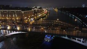 Πέταγμα πέρα από μια γέφυρα πόλεων νύχτας φιλμ μικρού μήκους