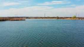 Πέταγμα πέρα από μια μικρή λίμνη απόθεμα βίντεο