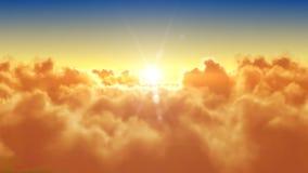 Πέταγμα πέρα από τα σύννεφα με τον ήλιο βραδιού (πρωί) ελεύθερη απεικόνιση δικαιώματος