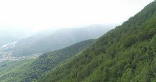 Πέταγμα πέρα από τα υψηλά βουνά απόθεμα βίντεο
