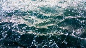 Πέταγμα πέρα από τα foamy κύματα απόθεμα βίντεο