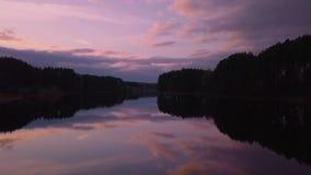 Πέταγμα πέρα από την επιφάνεια μιας όμορφης λίμνης στο φως βραδιού απόθεμα βίντεο