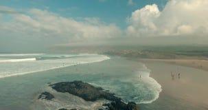 Πέταγμα πέρα από την κενή αμμώδη παραλία και τα ωκεάνια κύματα φιλμ μικρού μήκους