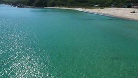 Πέταγμα πέρα από την μπλε επιφάνεια θάλασσας στην κυανή λιμνοθάλασσα θάλασσα τροπική μικρό ταξίδι χαρτών του Δουβλίνου έννοιας πό απόθεμα βίντεο