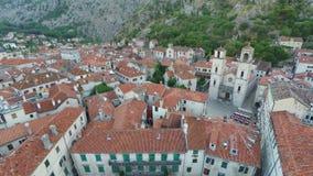 Πέταγμα πέρα από την παλαιά πόλη Kotor στο Μαυροβούνιο απόθεμα βίντεο