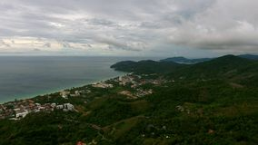 Πέταγμα πέρα από την πόλη κοντά στην παραλία σε Phuket Στοκ Εικόνες
