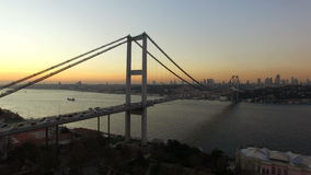 Πέταγμα πέρα από τη γέφυρα της Ιστανμπούλ Bosphorus απόθεμα βίντεο