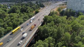 Πέταγμα πέρα από τη γέφυρα Moskovskiy με το φορτηγό και τα αυτοκίνητα φιλμ μικρού μήκους