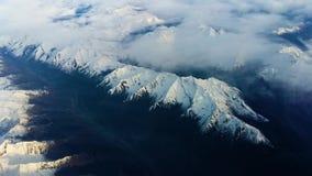 Πέταγμα πέρα από τις Άλπεις με το σαφή ουρανό απόθεμα βίντεο