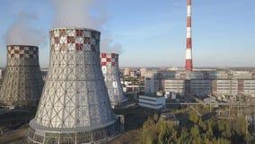 Πέταγμα πέρα από τις εγκαταστάσεις που παράγουν τη θερμική ενέργεια με τους μεγάλους σωλήνες φιλμ μικρού μήκους