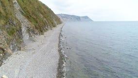 Πέταγμα πέρα από τον απότομο βράχο και τη θάλασσα βράχου βουνών Όμορφη εναέρια seascape άποψη φιλμ μικρού μήκους