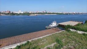 Πέταγμα πέρα από τον ποταμό Ένα σκάφος στον ποταμό απόθεμα βίντεο