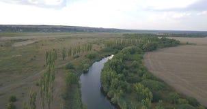 Πέταγμα πέρα από τον ποταμό απόθεμα βίντεο