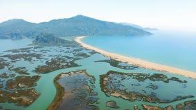 Πέταγμα πέρα από τον ποταμό Dalyan Ο οβελός άμμου Iztuzu χωρίζει τον ποταμό και τη θάλασσα Εναέριο μήκος σε πόδηα απόθεμα βίντεο