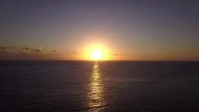 Πέταγμα πέρα από τον ωκεανό προς τη χρυσή αυγή 4k εναέριο βίντεο φιλμ μικρού μήκους
