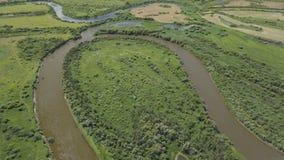 Πέταγμα πέρα από τον όμορφο ποταμό και τους πράσινους τομείς φιλμ μικρού μήκους