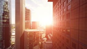 Πέταγμα πέρα από τους ουρανοξύστες στον ουρανό ηλιοβασιλέματος απόθεμα βίντεο