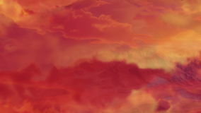 Πέταγμα πέρα από το βουνό μεταξύ των σύννεφων στο ηλιοβασίλεμα απόθεμα βίντεο