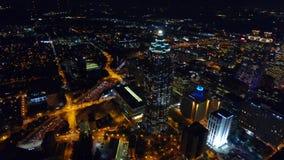 Πέταγμα πέρα από το κεντρικό εμπορικό κέντρο της Ατλάντας νύχτας άποψη Suntrust Plaza, φωτεινοί σηματοδότες αυτοκινητόδρομων πραγ απόθεμα βίντεο