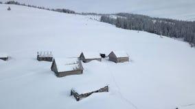 Πέταγμα πέρα από το μικρό χωριό Carpathians στα βουνά φιλμ μικρού μήκους