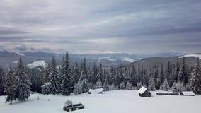 Πέταγμα πέρα από το μικρό χωριό Carpathians στα βουνά απόθεμα βίντεο