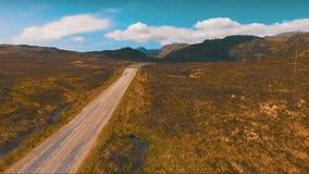 Πέταγμα πέρα από το μόνο δρόμο στα βουνά φιλμ μικρού μήκους