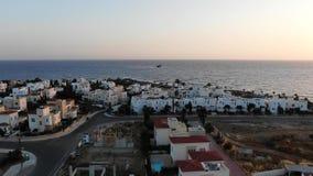 ( Πέταγμα πέρα από το νησί o Μεσόγειος και η ακτή Κύπρος Θέρετρο πόλεων Σημείο κηφήνων απόθεμα βίντεο
