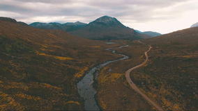Πέταγμα πέρα από το ρεύμα βουνών στη Σκωτία φιλμ μικρού μήκους