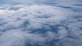 Πέταγμα πέρα από το στρώμα των σύννεφων και κοίταγμα στο τοπίο μέσω των σύννεφων φιλμ μικρού μήκους